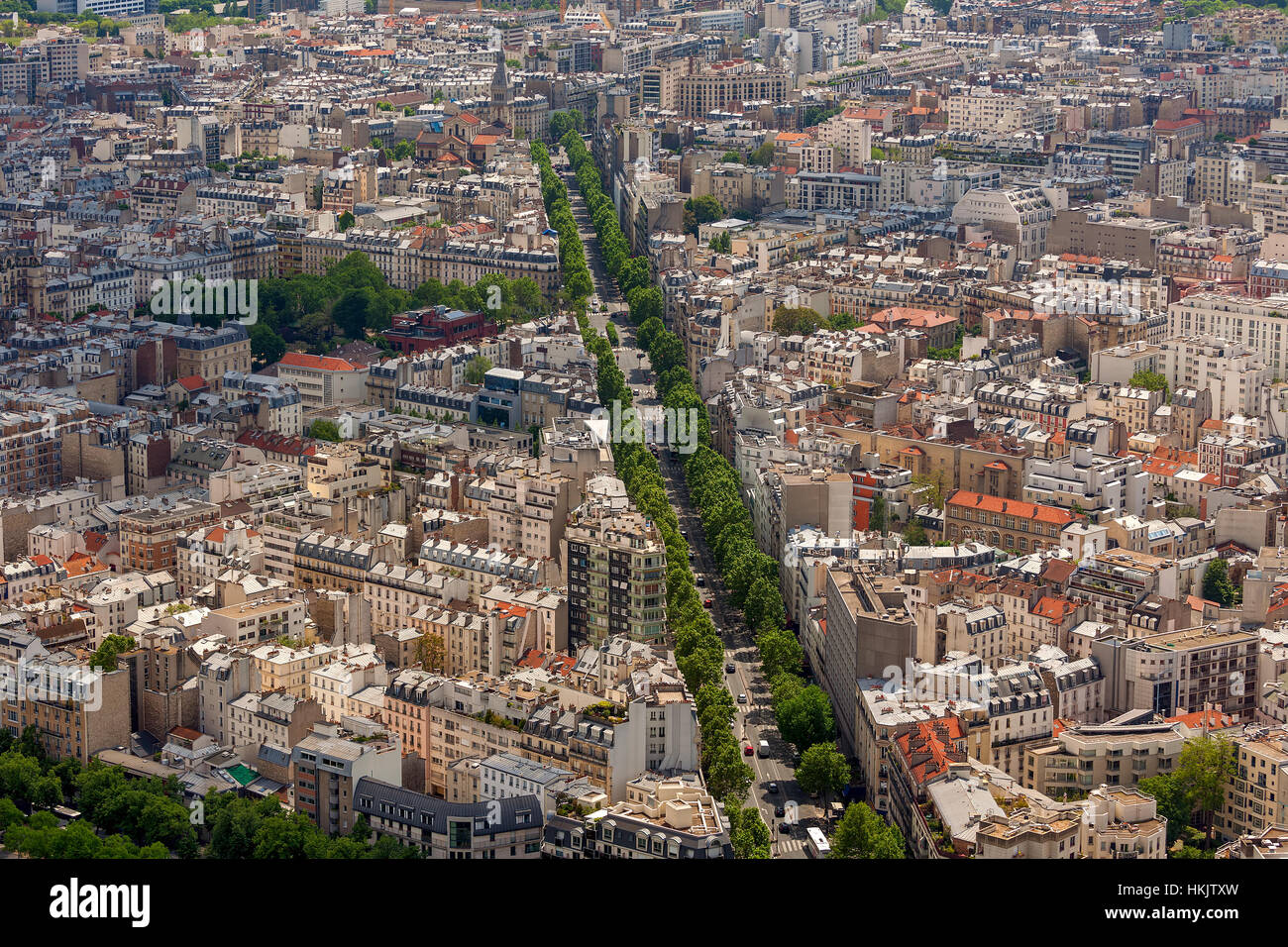 Gebäude, Straßen und Boulevards in Paris, Frankreich von oben gesehen. Stockbild