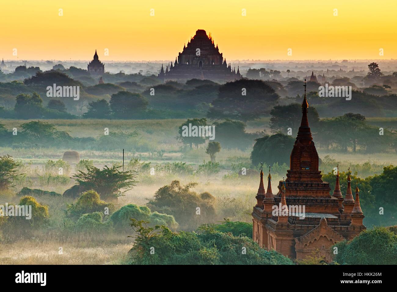 Herrliche Sicht auf alte Bagan-Tempel während goldene Stunde Stockbild