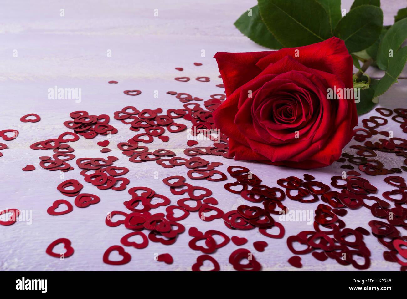 St. Valentinstag Grußkarte Mit Dunkel Rote Rose Und Glitzer Herzen.  Elegante Hochzeit Tag Einladung Hintergrund. Kopieren Sie Raum.