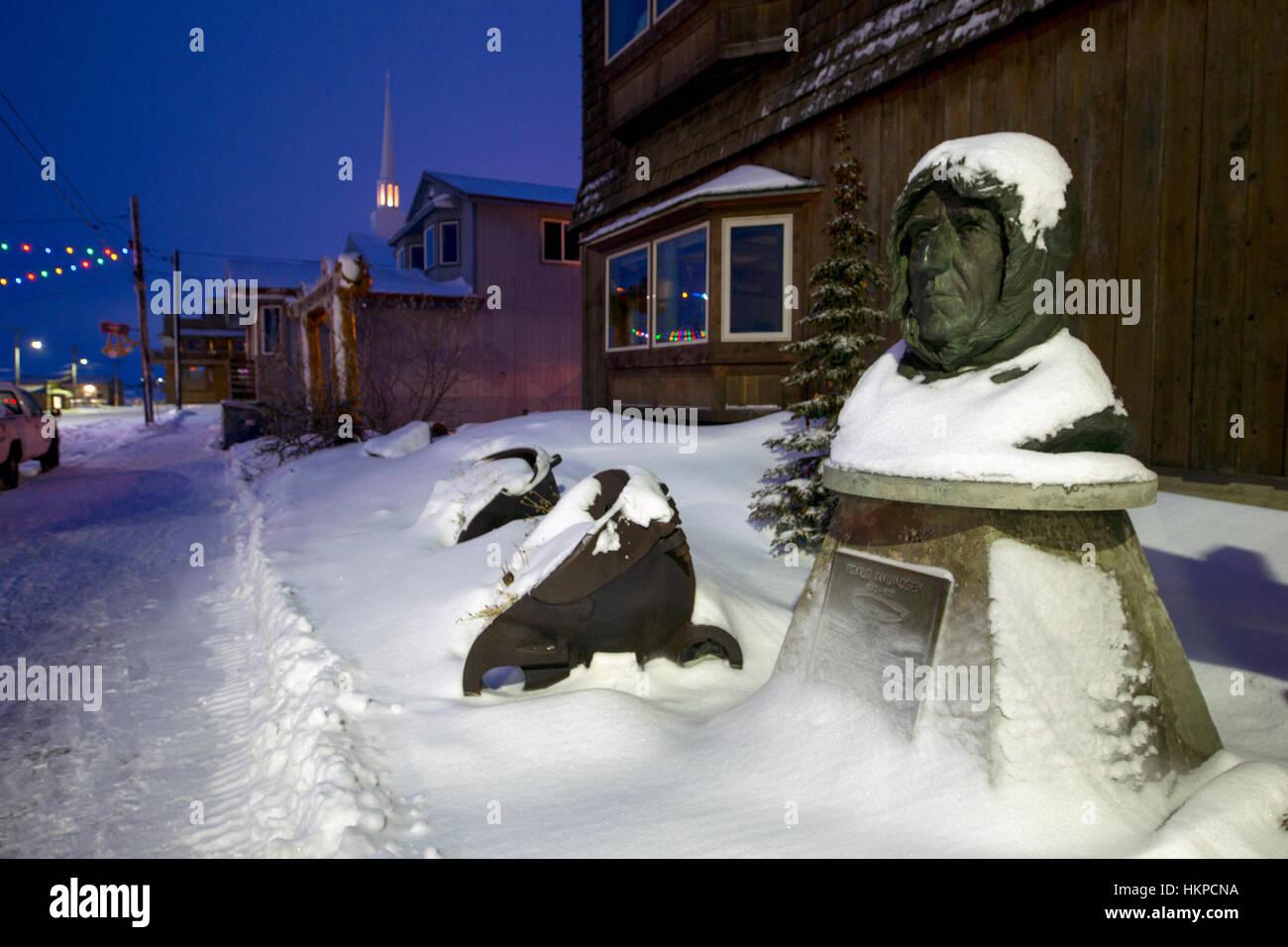 Front Street in Nome Alaska 2017. Büste von Polarforscher Roald Amundsen. Amundsen entstammte einer Familie Stockbild