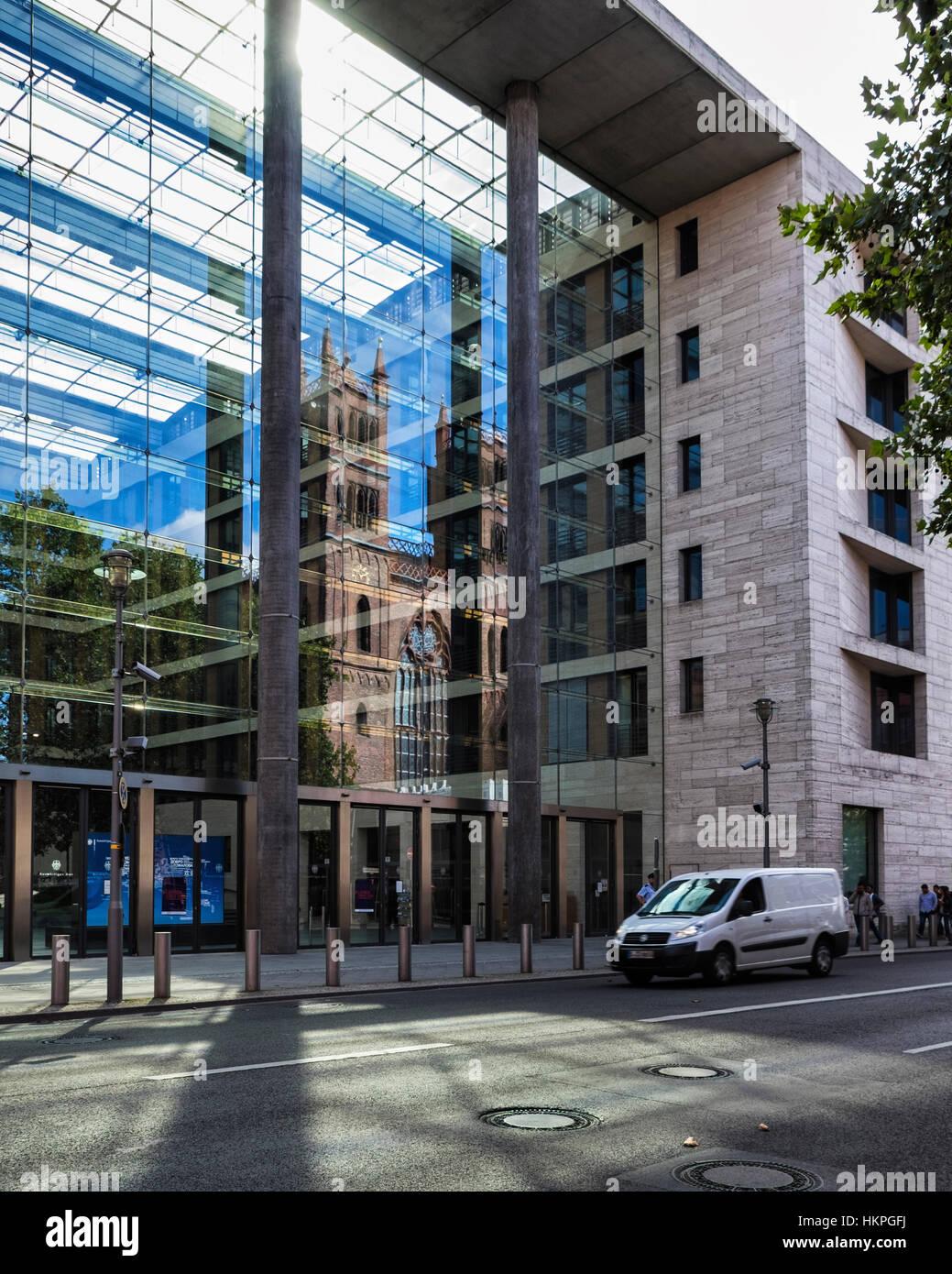 Berlin-Mitte, reflektiert die schönen neugotischen Friedrichswerdersche Kirche in dem modernen Gebäude Stockbild