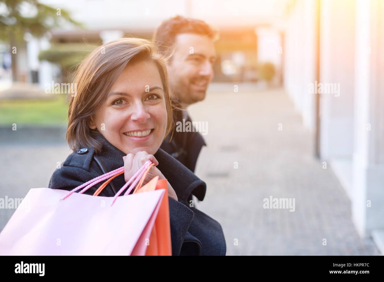 Paar in Einkaufszeit zu Fuß in die Stadt Straße Stockbild