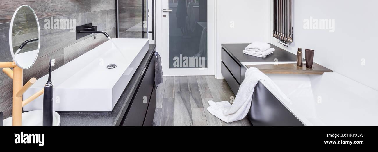 Funktionellen Badezimmer mit Badewanne, Arbeitsplatte ...