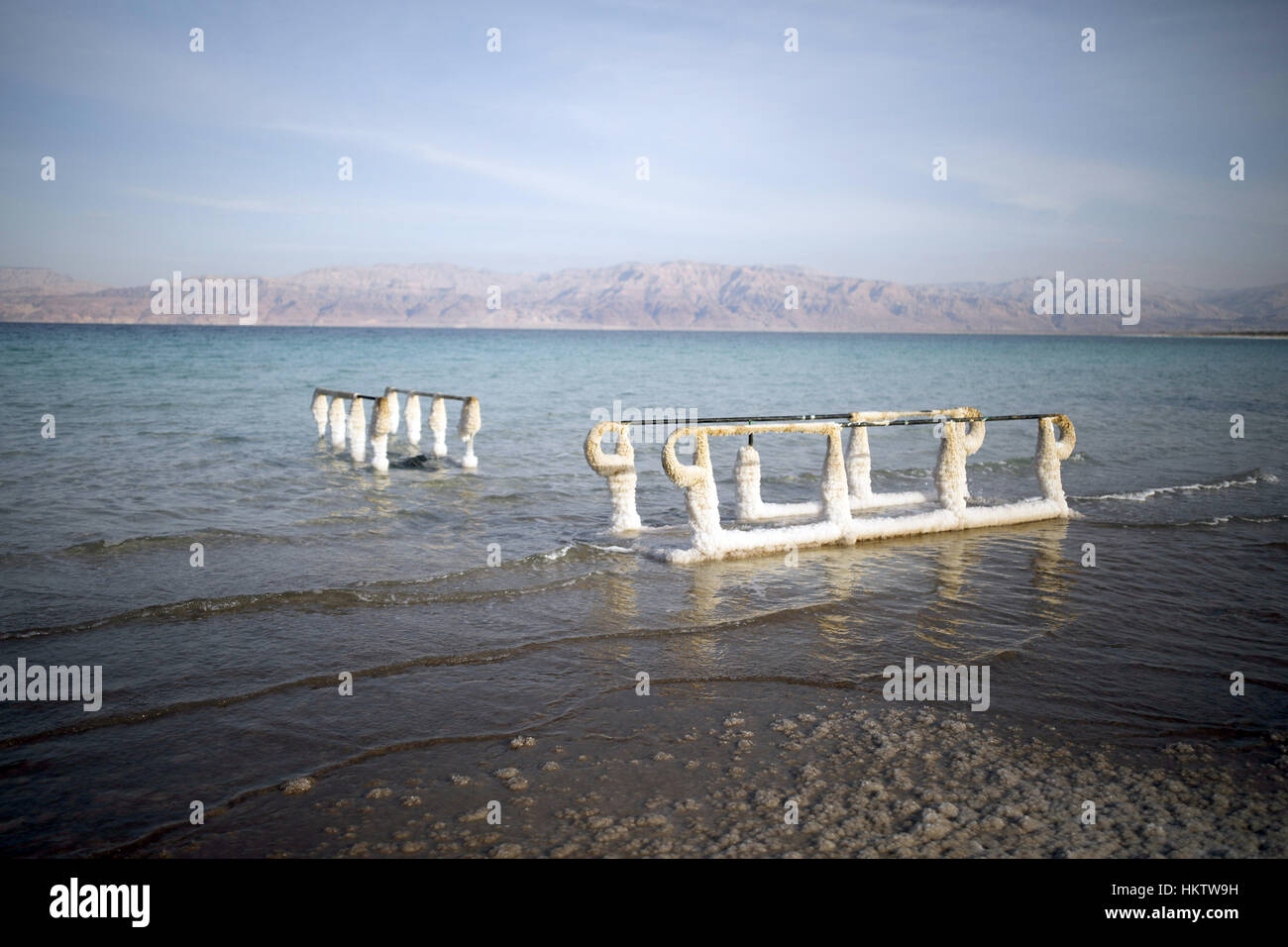 Salzablagerungen am Geländer im Toten Meer in der Nähe von En Gedi in Israel, 22. Januar 2017. Dolinen sind ein Stockfoto