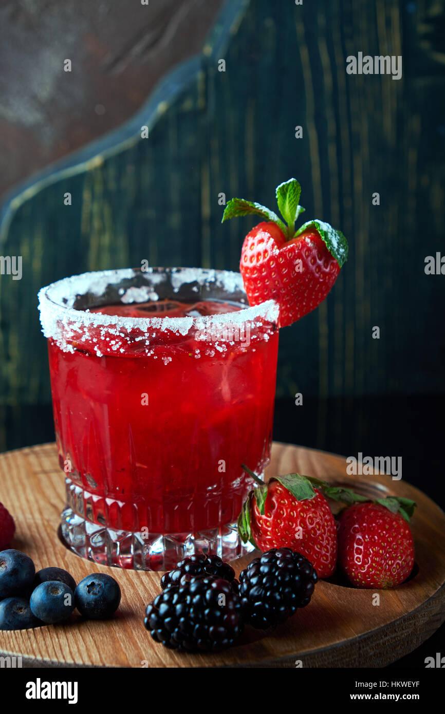 Alkoholischer Cocktail mit Beeren Stockbild