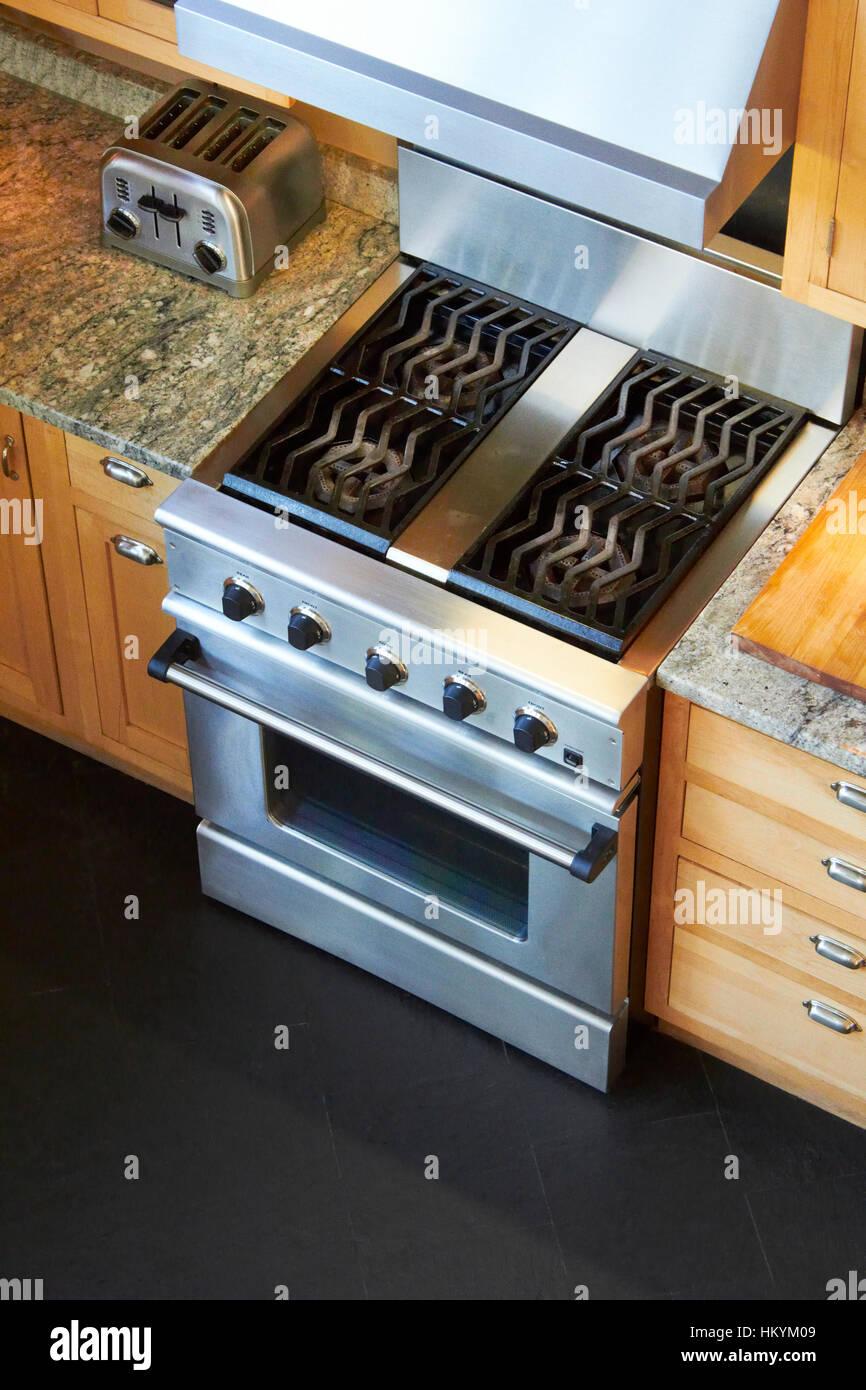 Gasherd und Backofen in der Küche Stockfoto, Bild: 132759433 ...