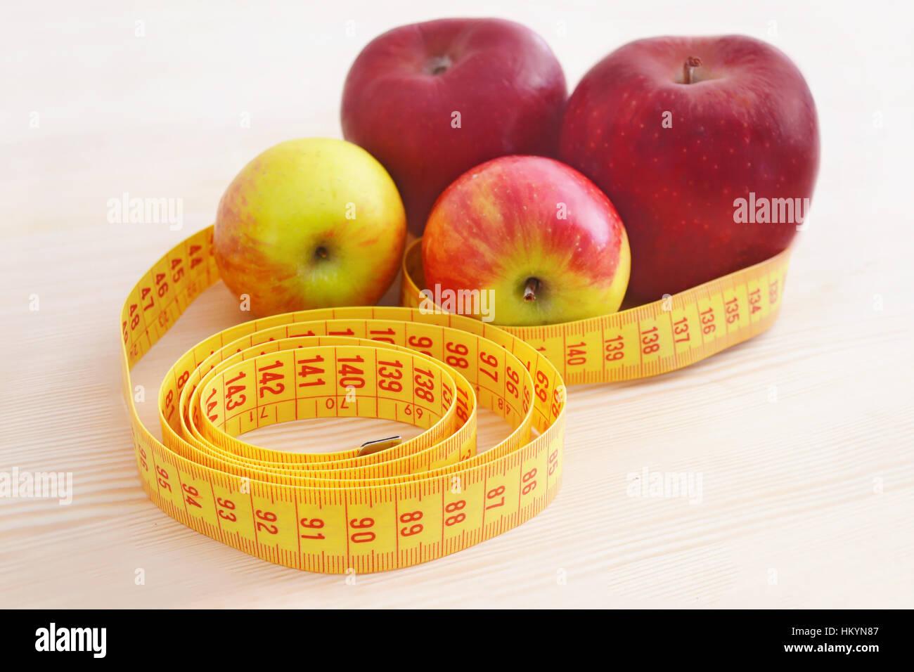 Frische Äpfel mit Maßband - Gewicht-Verlust - Diät-Konzept Stockbild