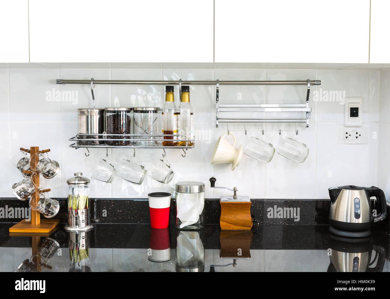 Küchenschränke mit Kaffee-Ecke im modernen Wohnzimmer Stockfoto ...