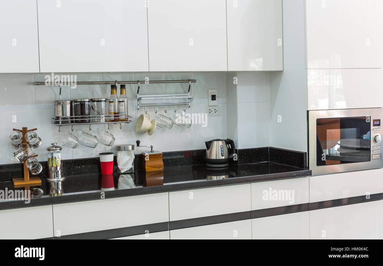 Kuchenschranke Mit Kaffee Ecke Im Modernen Wohnzimmer Stockfoto