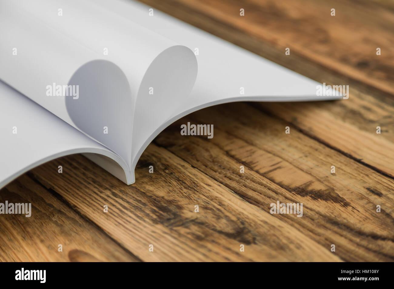 Buchen Sie mit geöffneten Seiten der Form des Herzens Stockfoto