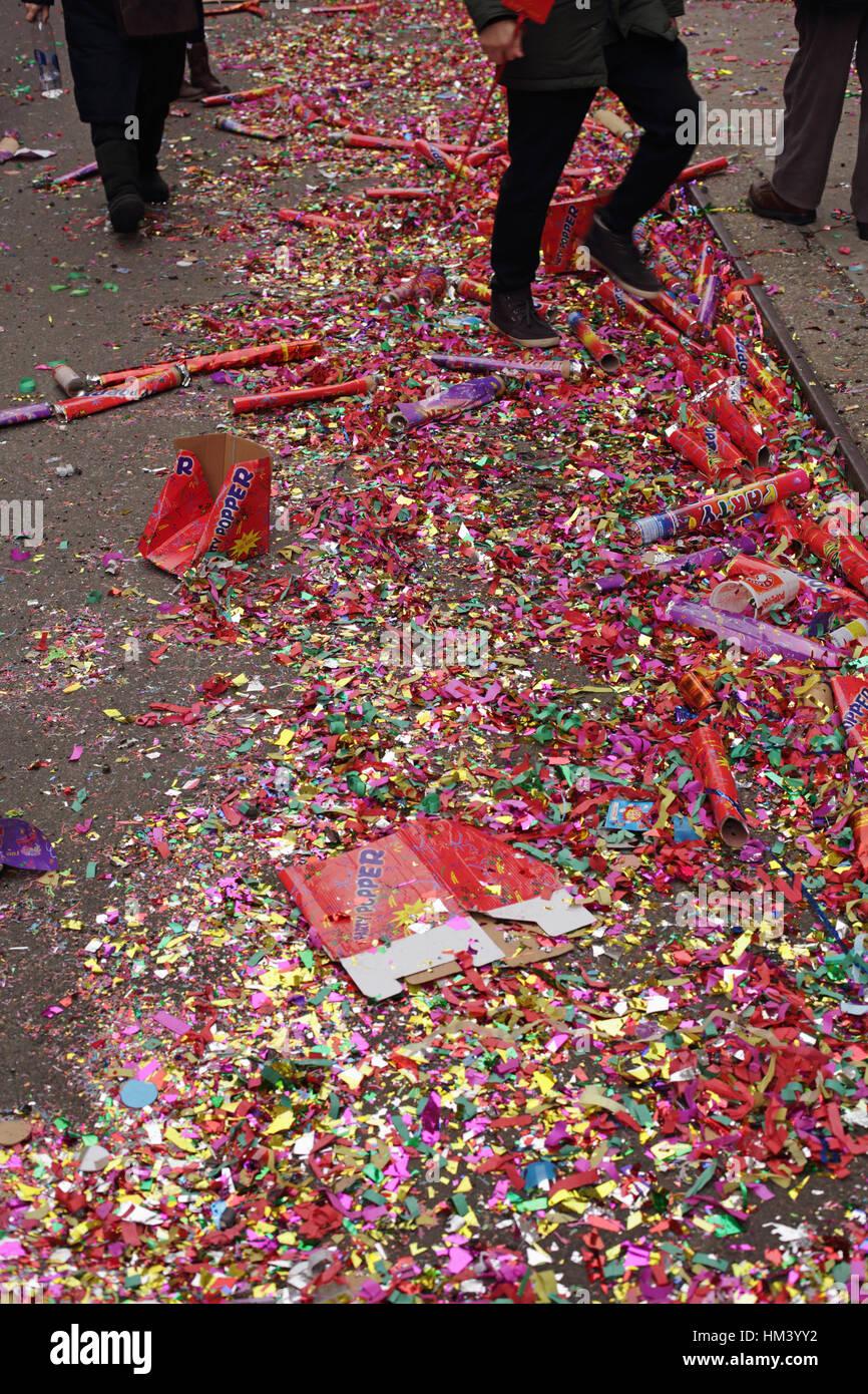 Abgebrannter Riesen Party Poppers, Konfetti und Glitzer Wurf eine NYC Chinatown Straße am ersten Tag des chinesischen Stockbild