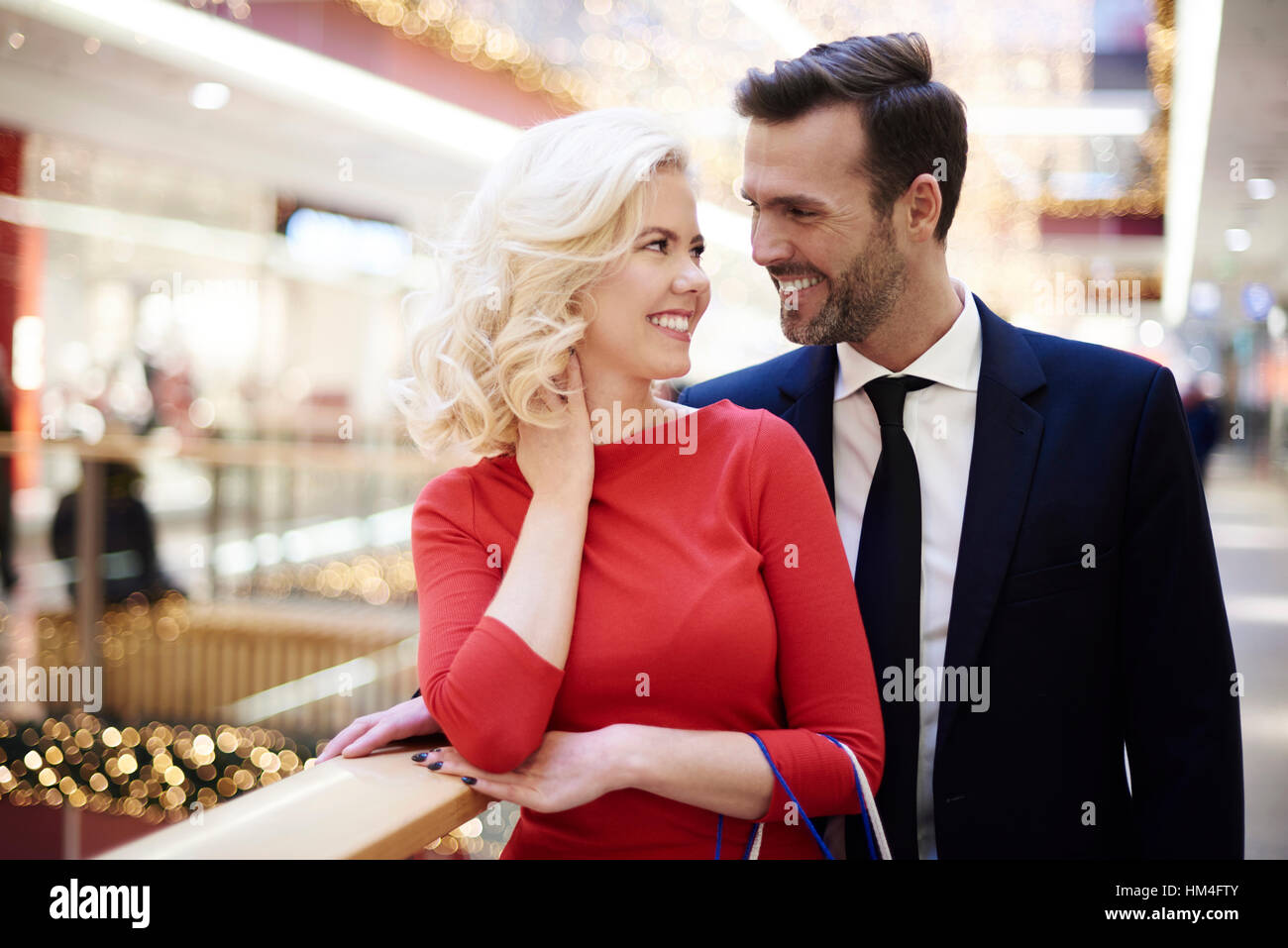 Fröhliches paar über Einkaufen in der mall Stockbild