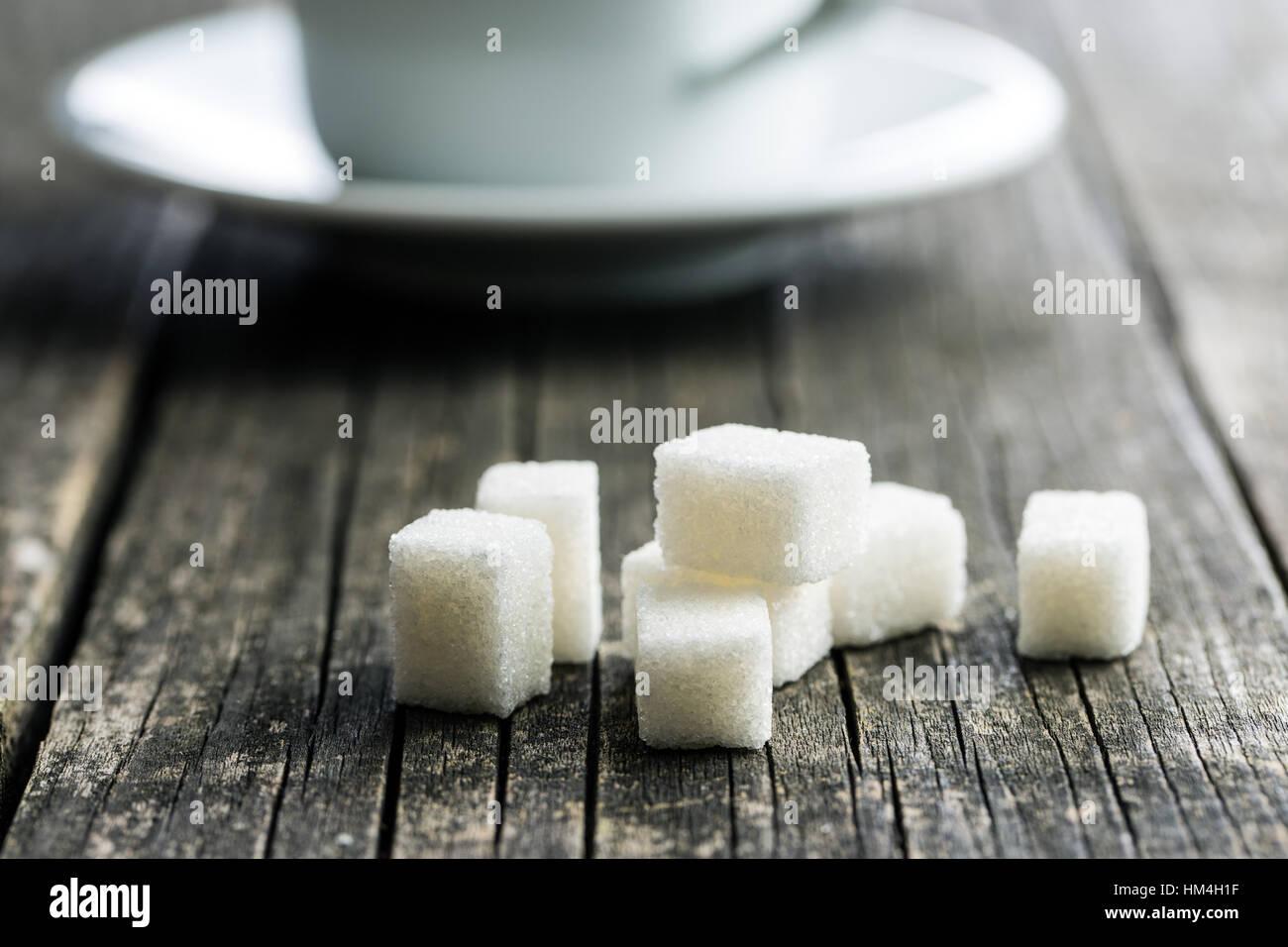 Weiße Zuckerwürfel auf alten Holztisch. Stockbild
