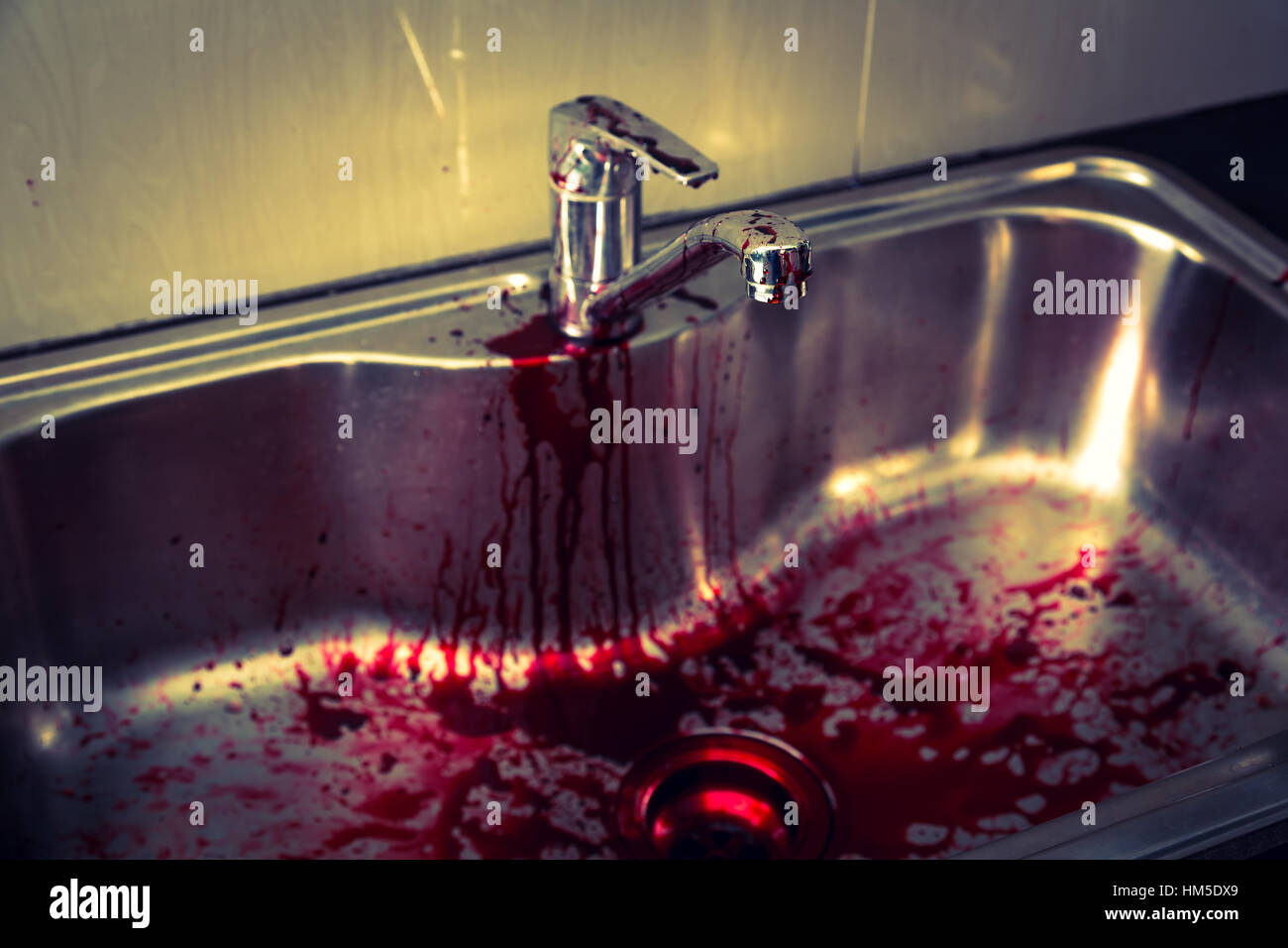 Küchenspüle mit Blut für Halloween (gefiltertes Bild verarbeitet ...