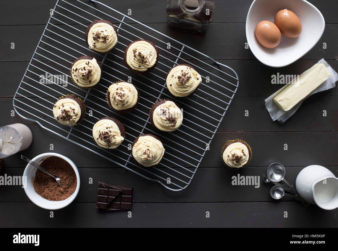 Erhöhte Ansicht der Cupcakes mit Eiern auf Tisch Stockbild