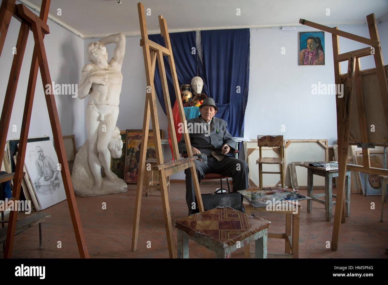 Model posiert für Künstler in der Malklasse an der Kunstschule in Khujand Stadt Sughd Provinz, Republik Stockbild