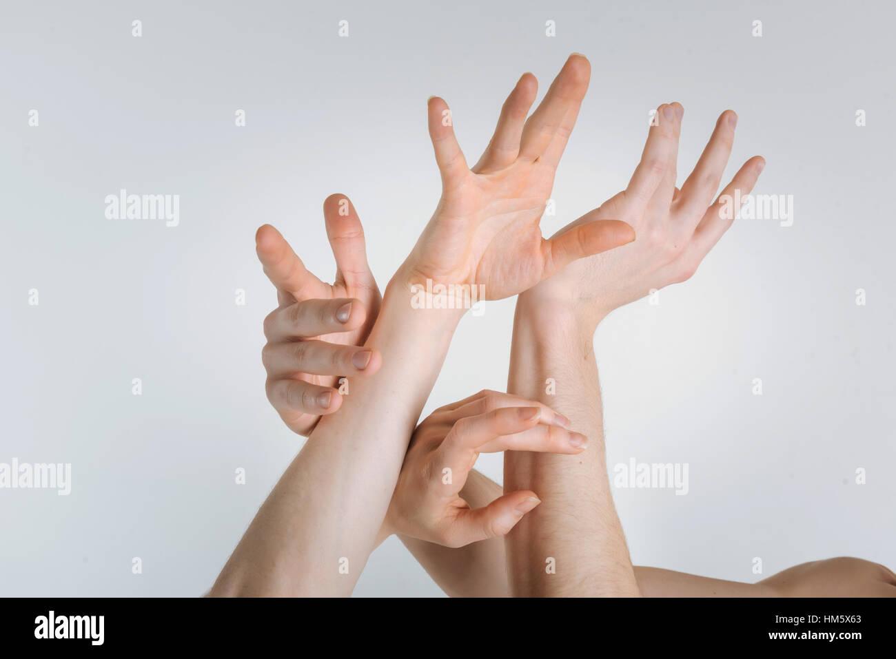 Zarte Frauen Hände mit dem Ausdruck ihrer Gnade im studio Stockbild
