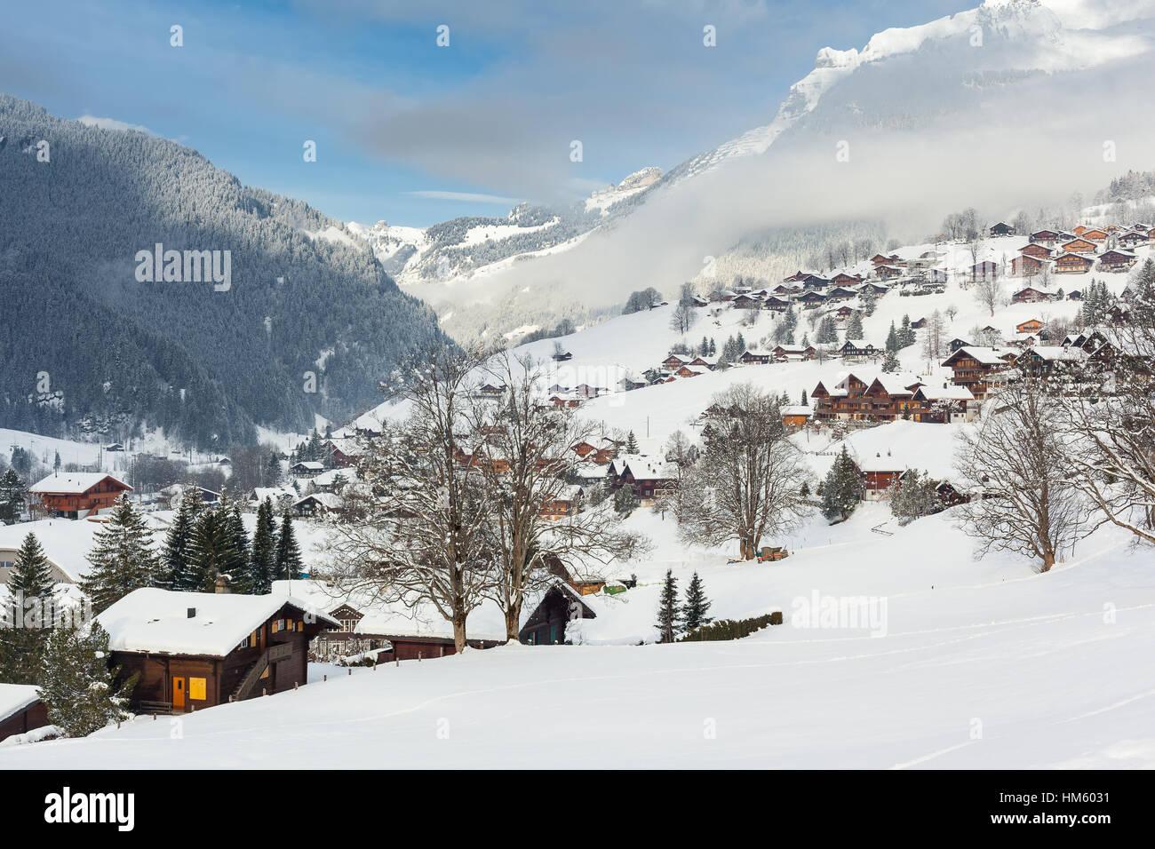 Traditionelle Holzhäuser auf den Bergen in Grindelwald, Schweiz. Stockbild