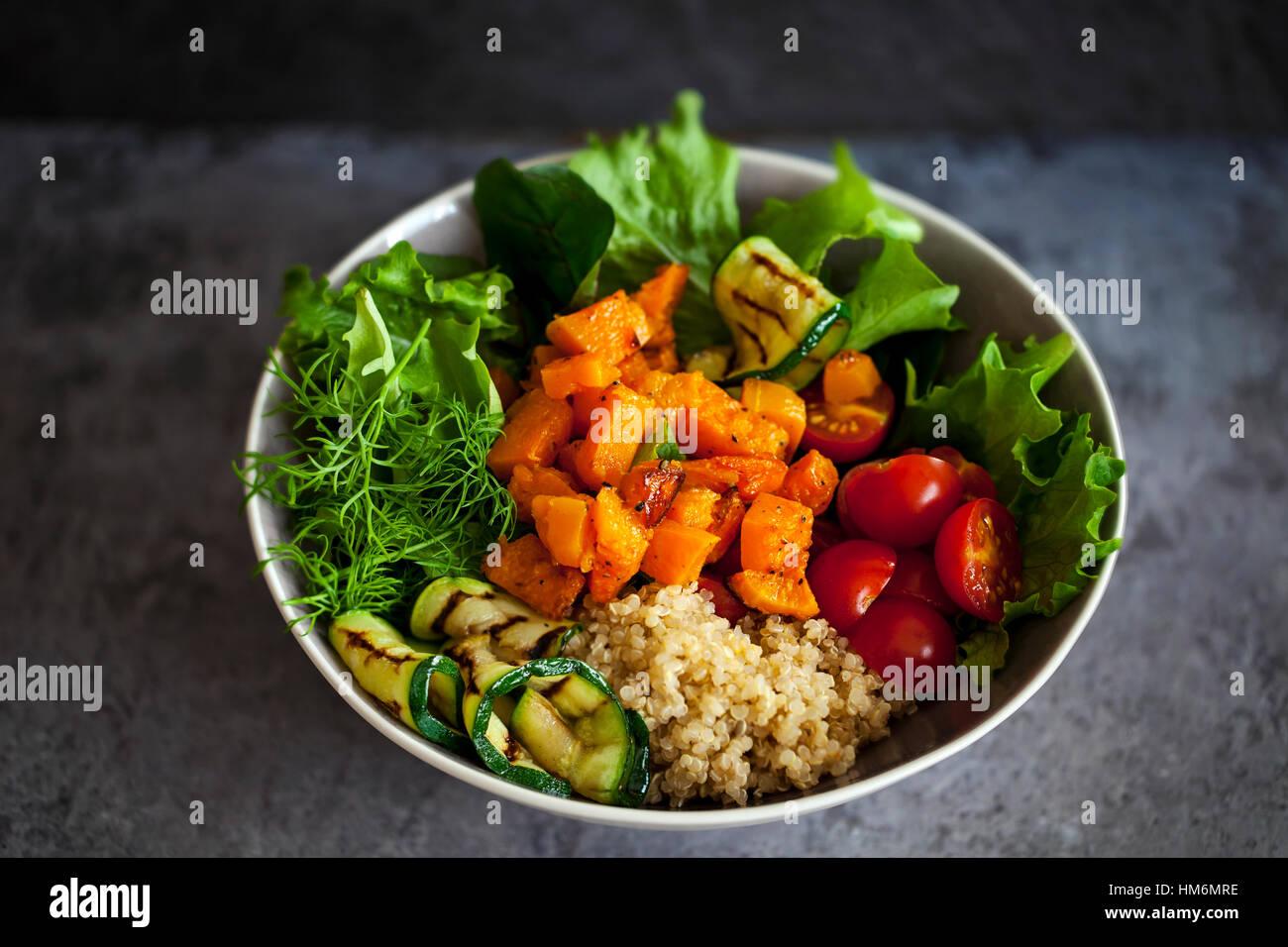 Buddha-Schale mit Gemüse und quinoa Stockbild