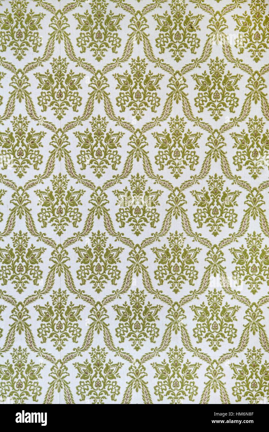 alte tapete mit barocken und antiken muster in grün weiss als