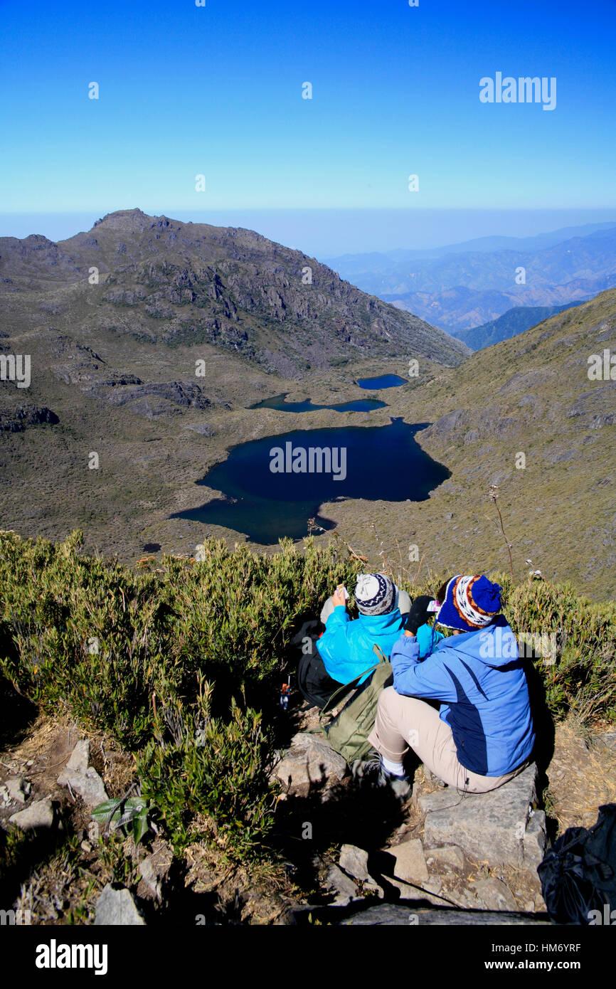 Touristen, die gerne am See Chirripo vom Gipfel des Mount Chirripo, Costa Ricas höchster Berg (3820m). Chirripo Stockbild