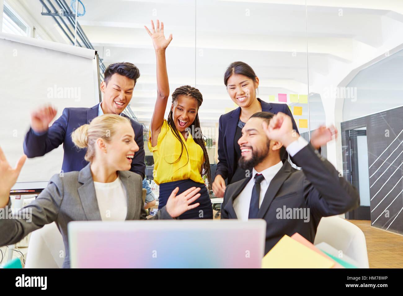 Gründer von Start-up feiert mit Begeisterung und Jubel im Büro Stockbild