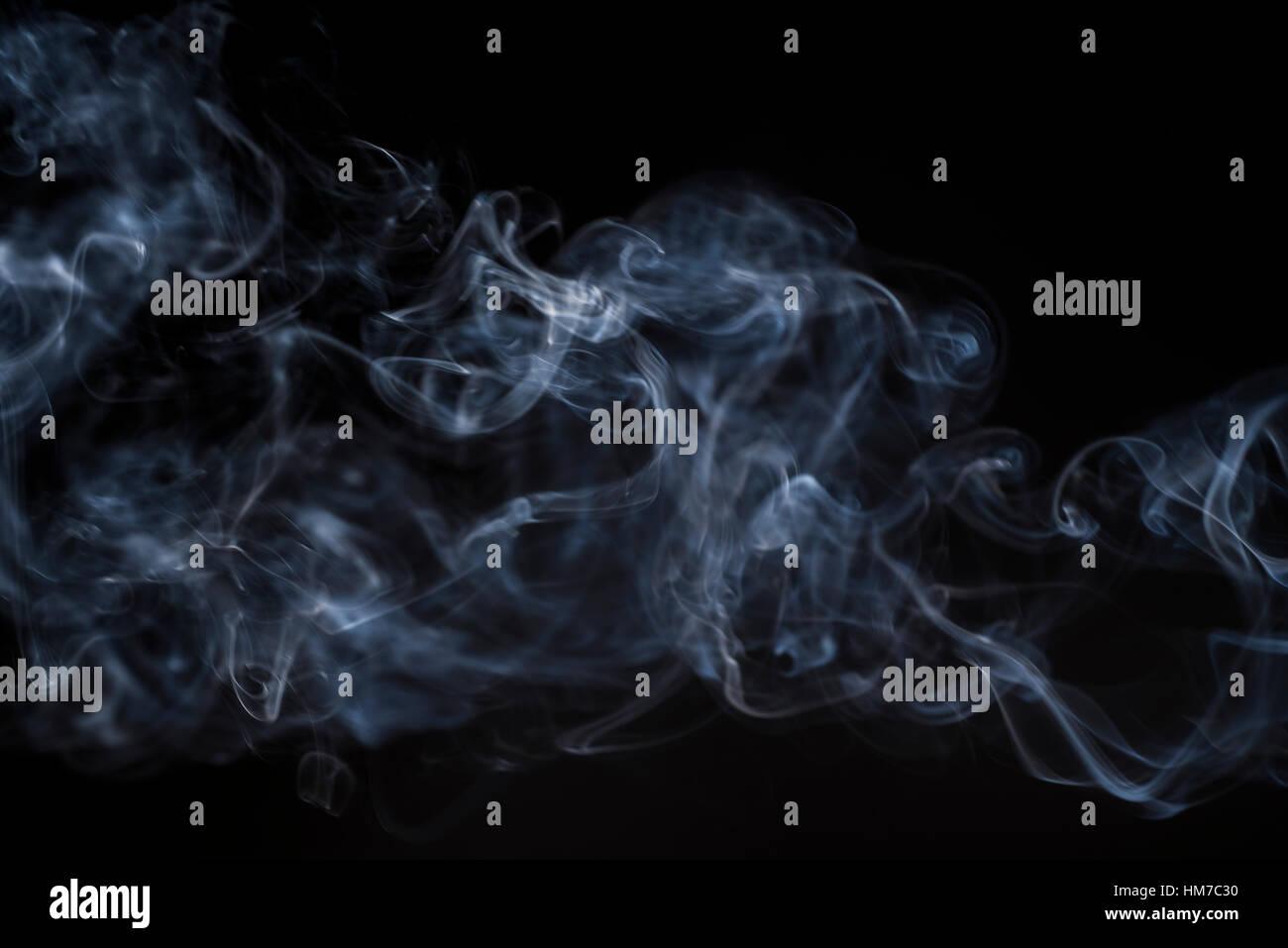 Rauchen auf schwarzem Hintergrund Stockbild