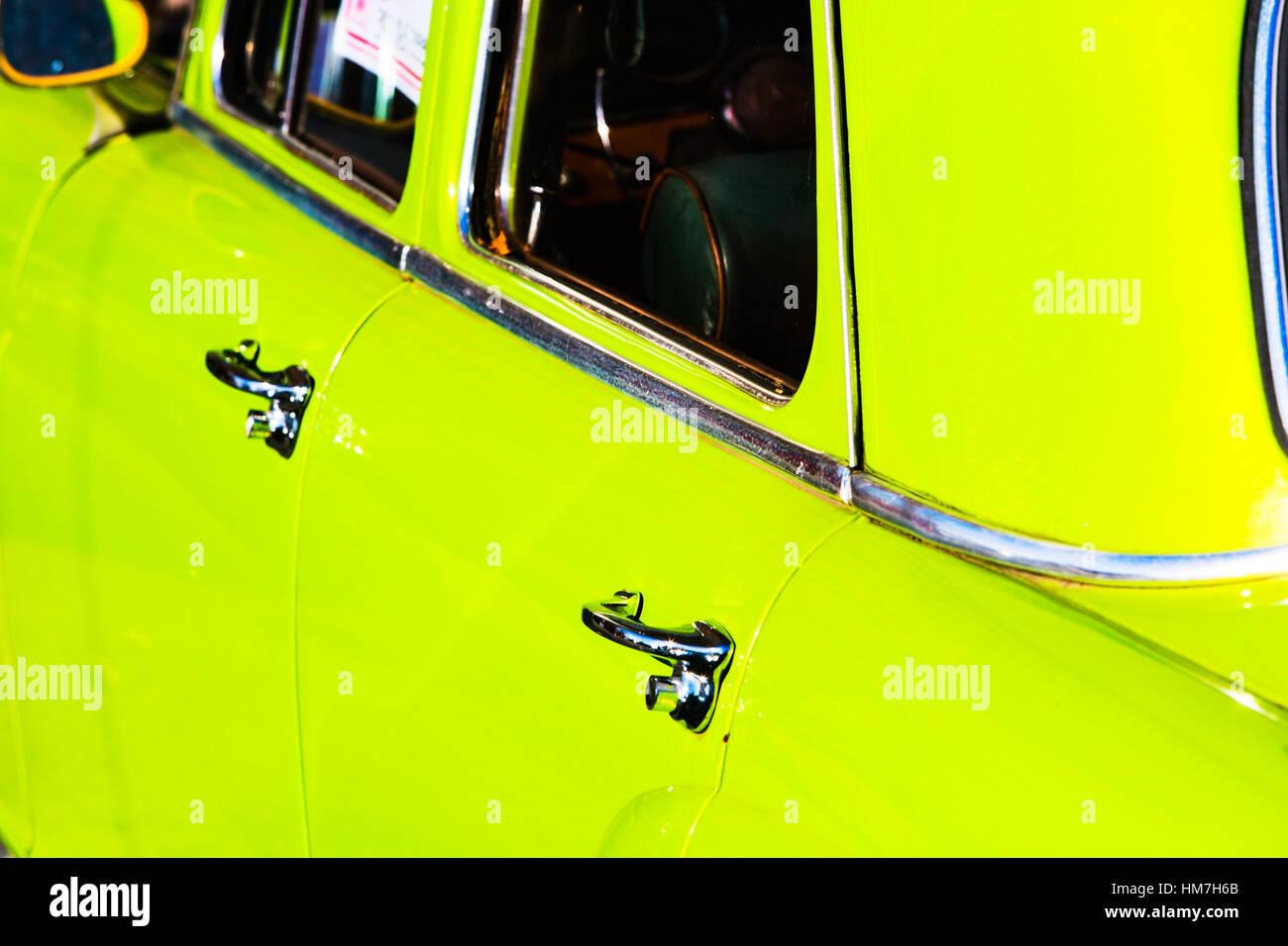 Türen und Fenster des grünen Autos Stockbild