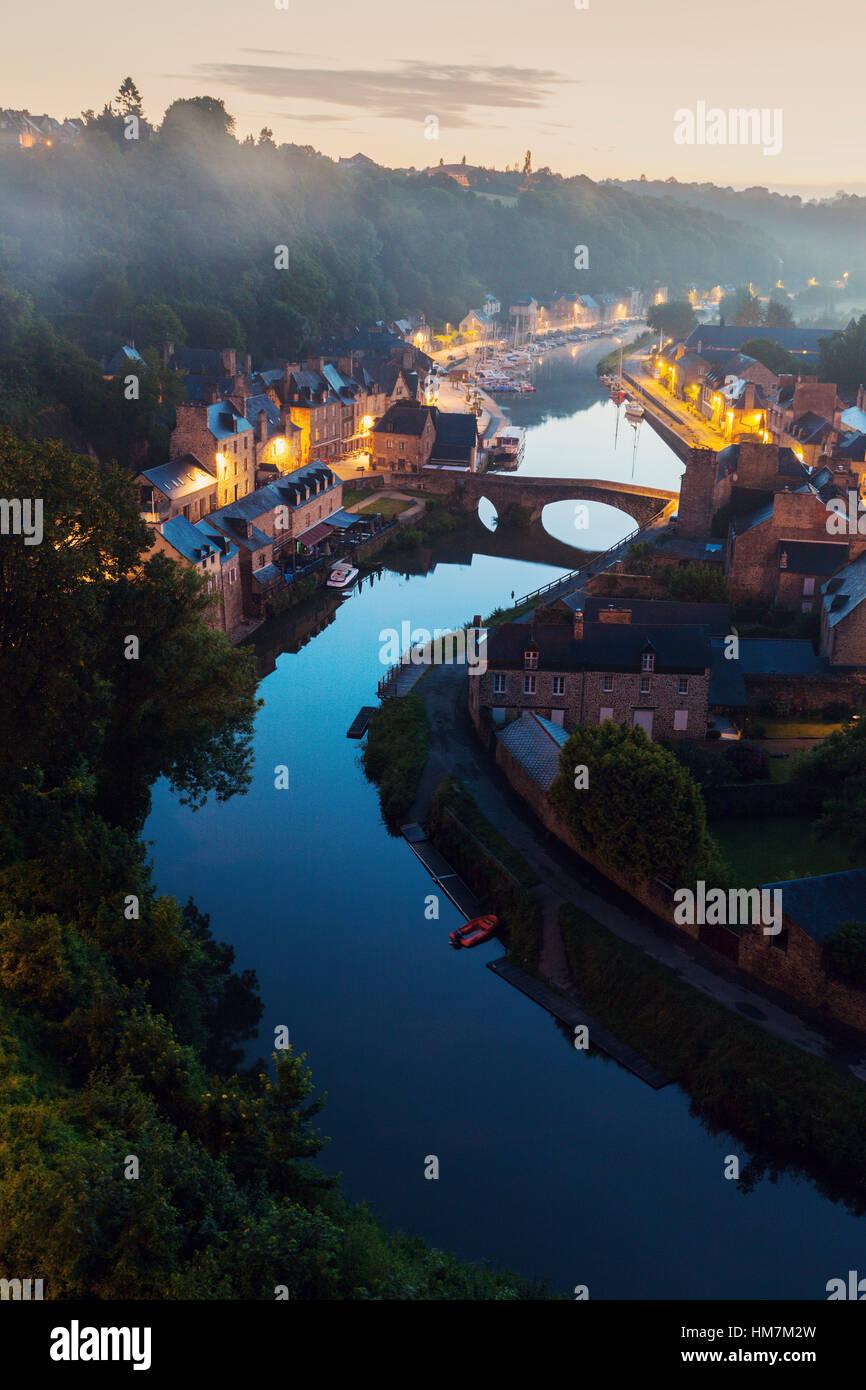 Frankreich, Bretagne, Dinan, Stadtbild mit Fluss im Morgengrauen Stockbild