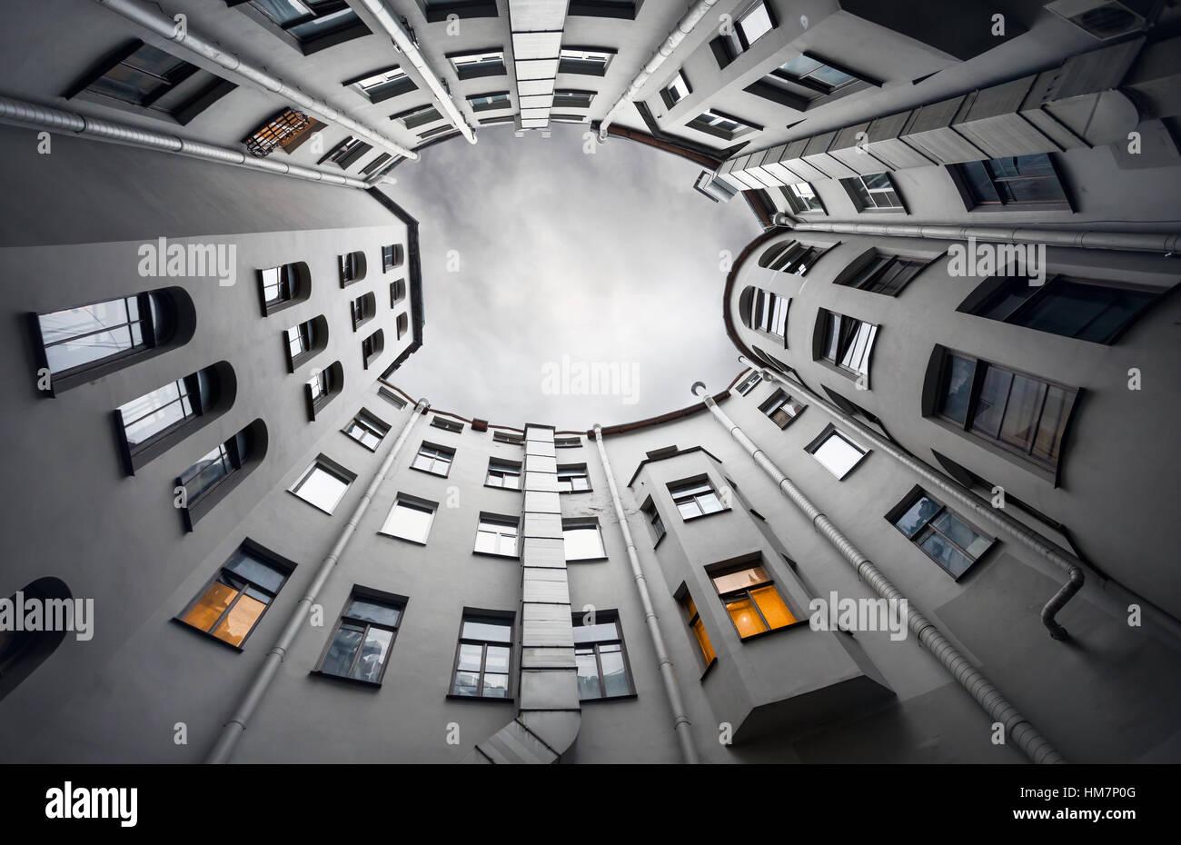 Hof-gut von unten nach oben mit grauen Himmel in der Dämmerung, klassische Architektur des alten Sankt Petersburg, Stockbild