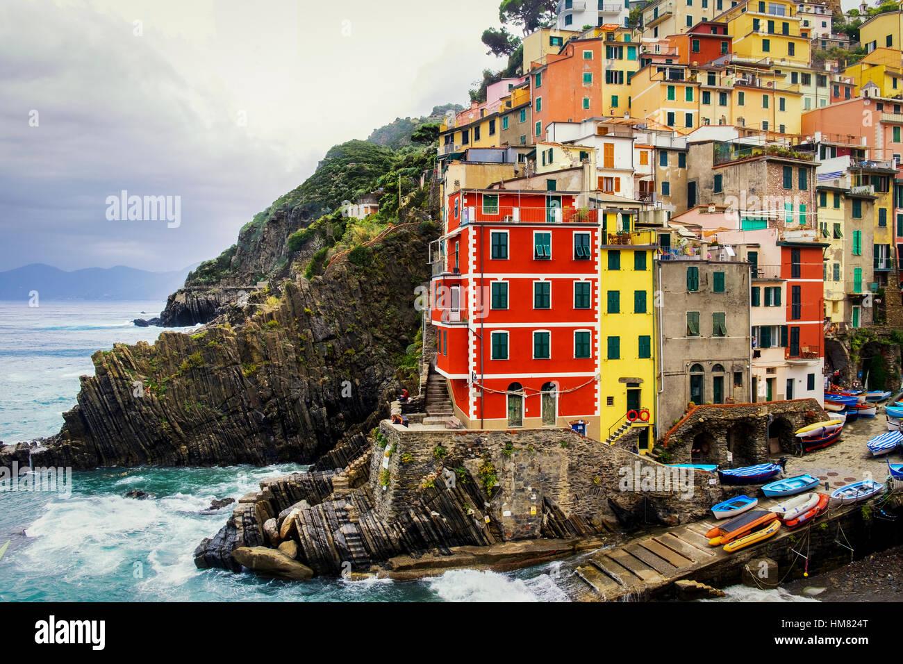 Riomaggiore ist die größte der fünf Orte der Cinque Terre Stockbild