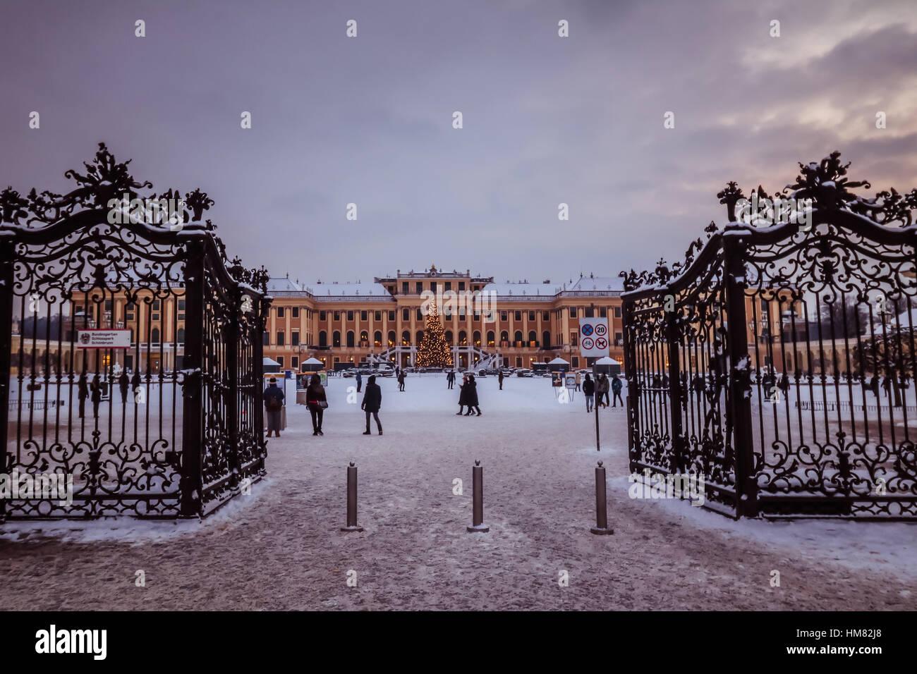 Winterstimmung im Park und Schloss Schönbrunn in Wien Stockbild