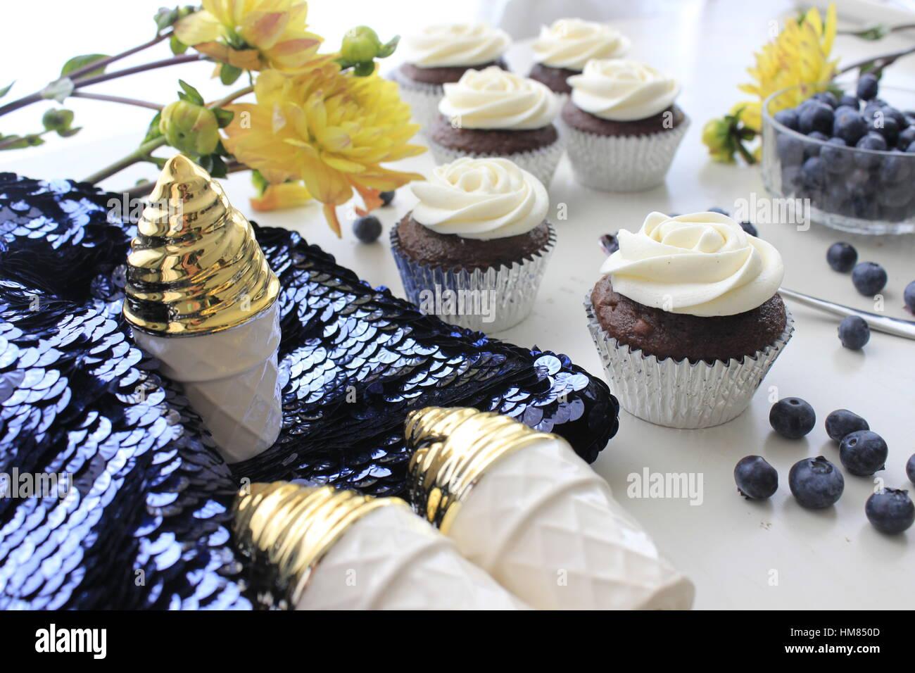 Blau, gelb, Gold Cupcakes und Pailletten Stockfoto
