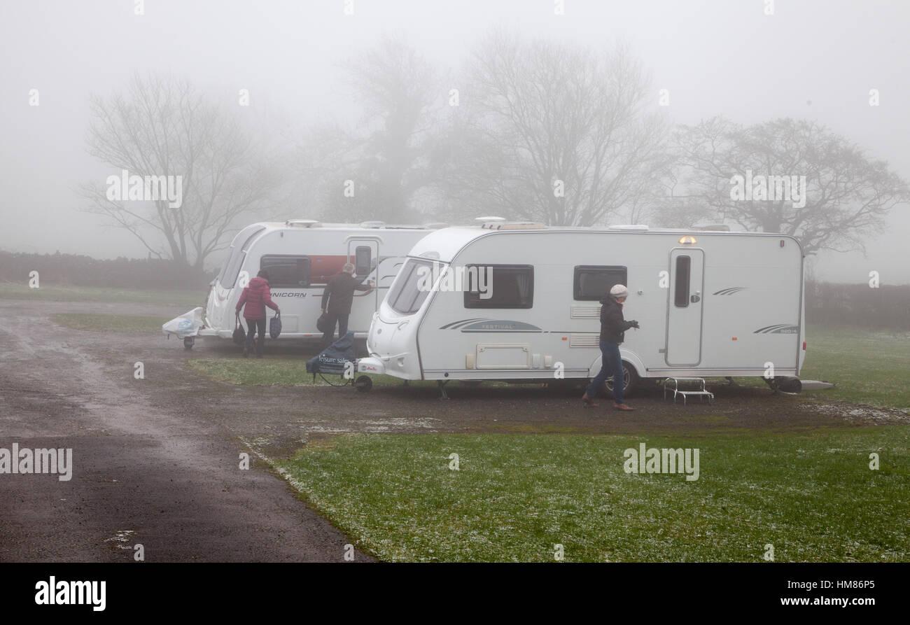 Menschen mit ihren Wohnwagen in der Kälte im winter Stockbild