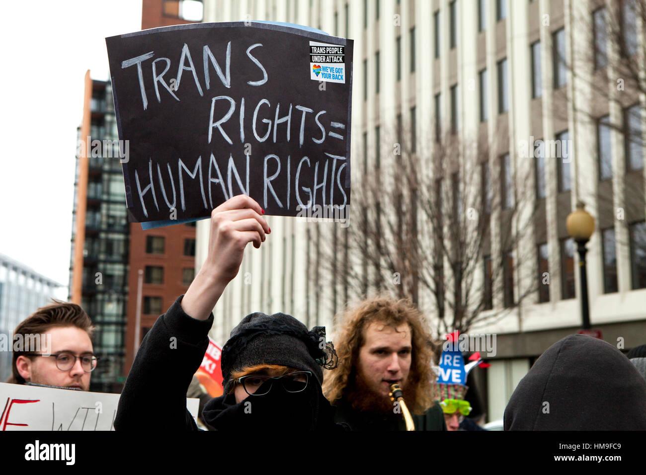 Frau mit Transgenger Rechte Zeichen bei Protest - Washington, DC USA Stockbild