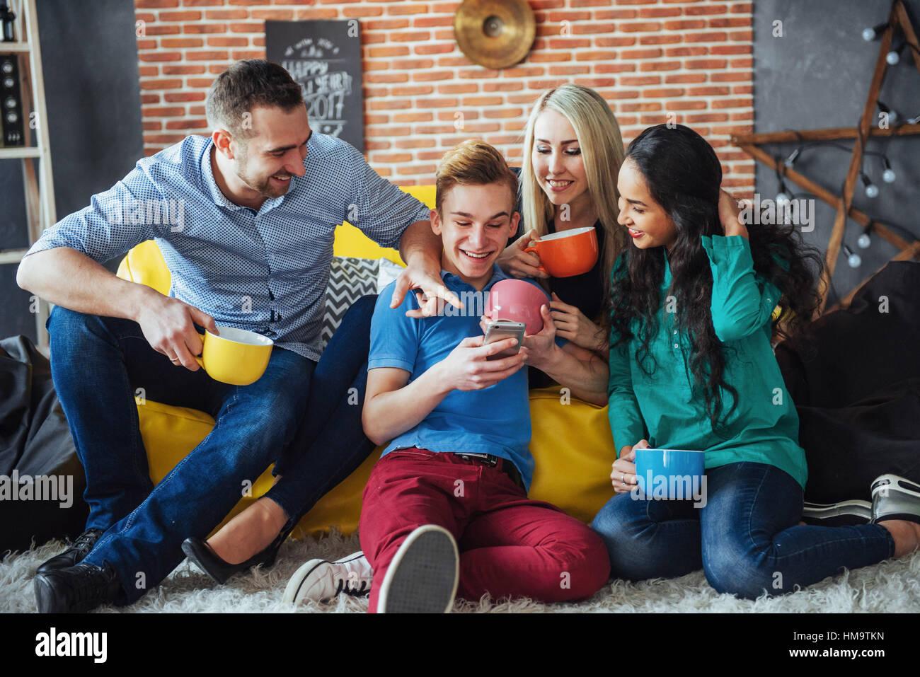Gruppenbild von fröhlichen alten Freunden kommunizieren miteinander, Freundin posiert auf Café, Urban Stockbild
