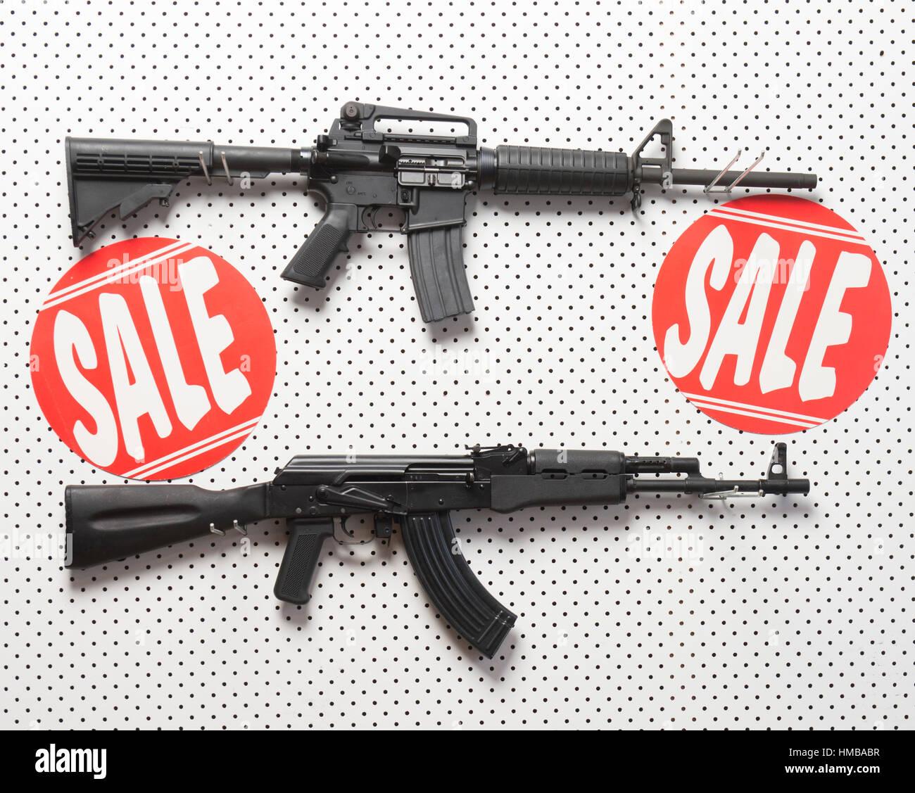 AK47 & AR15 auf Wand-display Stockbild