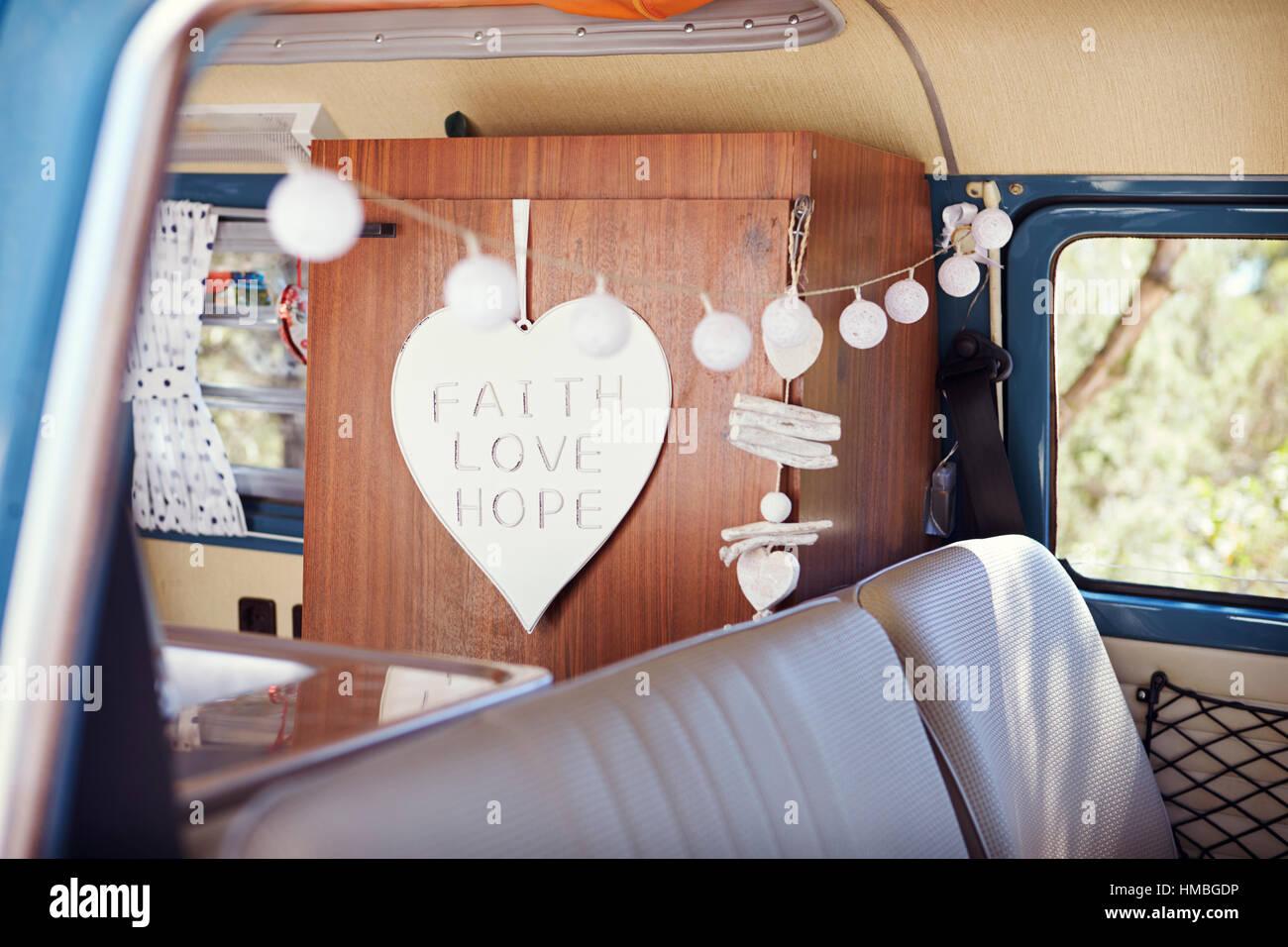 Blick durch Fenster dekoriert Retro-Camper van Interieur Stockfoto ...