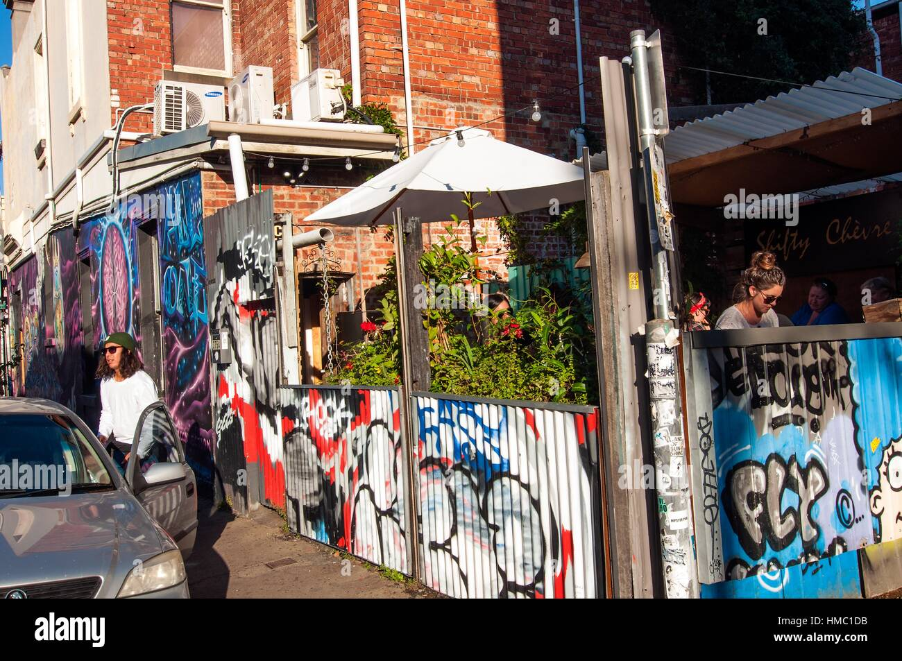 Alternativer Stil Coffeeshop und Straßenszene, Fitzroy, Melbourne, Victoria, Australien Stockbild