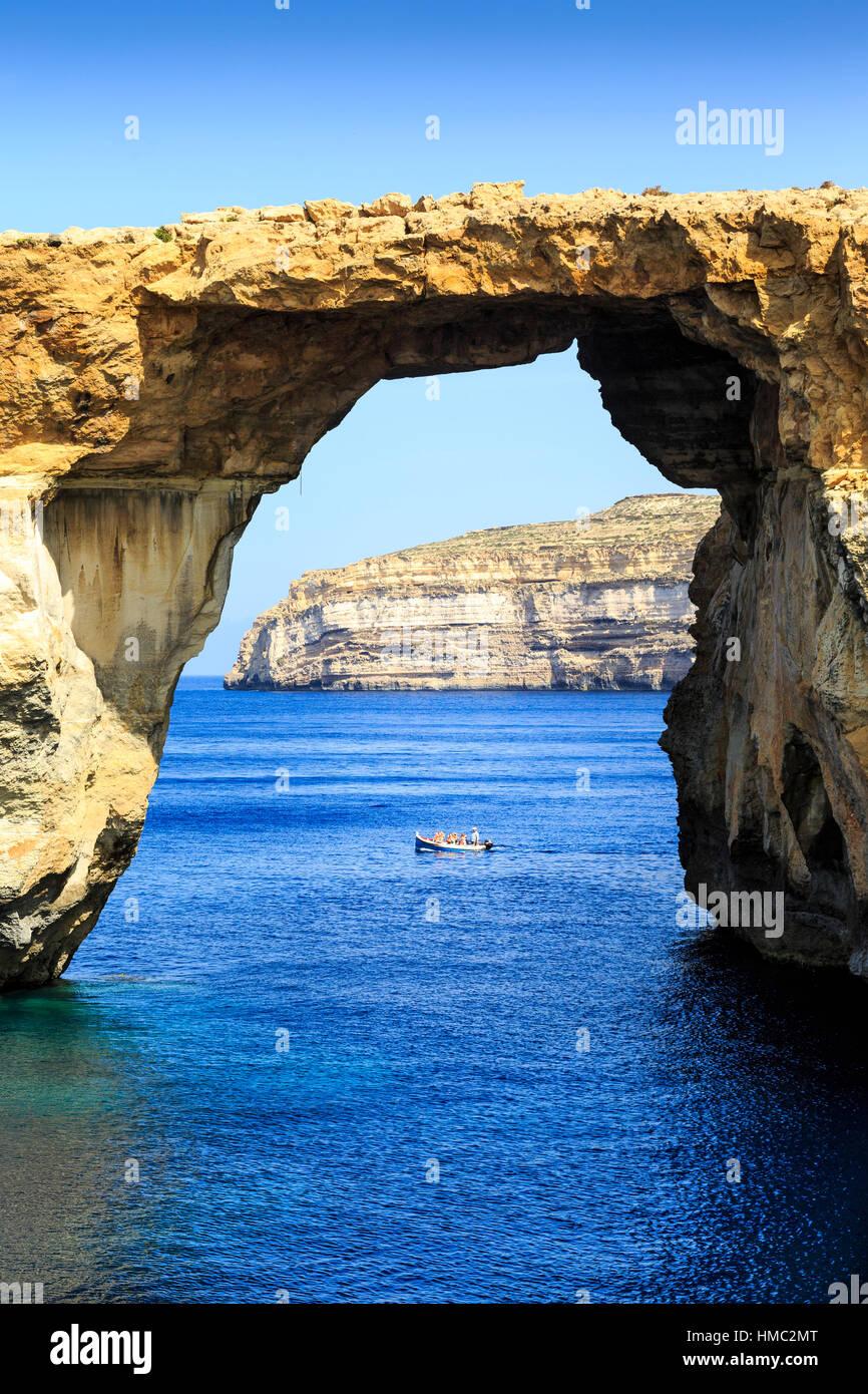 Ausflugsschiffe, die Reisen durch das azurblaue Fenster naturale in Gozo, malta Stockbild