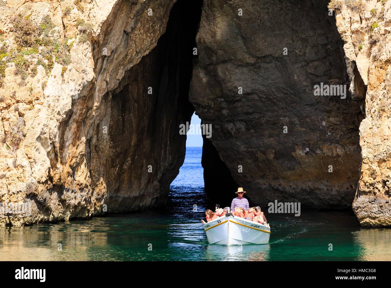 Ausflugsschiffe von der Binnenschifffahrt Lagune durch den Bogen in das azurblaue Fenster, Gozo, Malta Reisen Stockbild