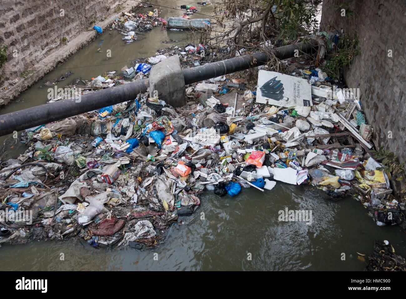 Gut gemocht HYDERABAD, Indien - Februar 02,2017 Abwasser-Kanal verstopft durch MJ34