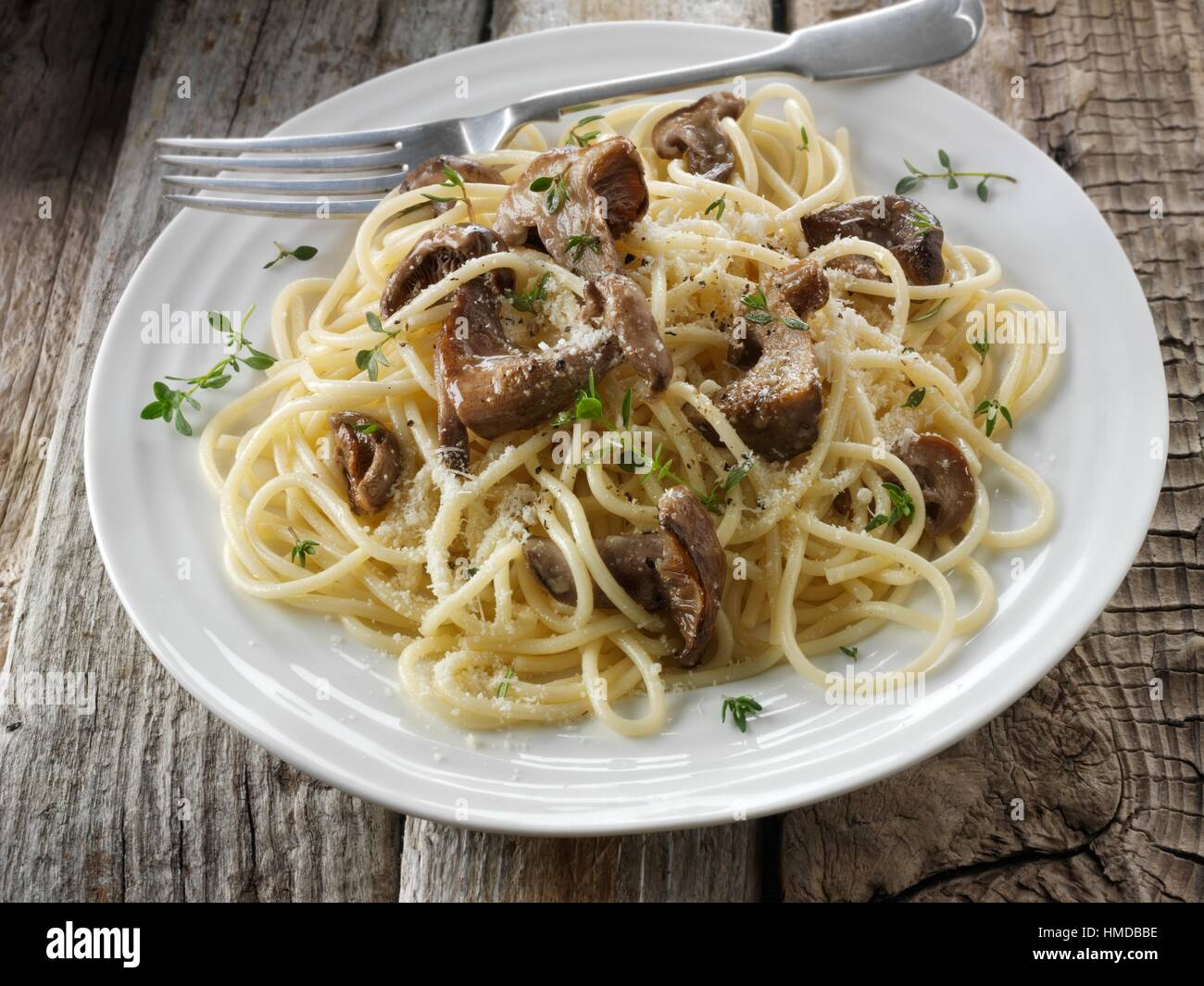 Sautierte Wiild organischer Pied Bleu Pilze (Clitocybe Nuda) oder blauen Fuß Pilze gekocht in Butter mit Spaghetti. Stockfoto