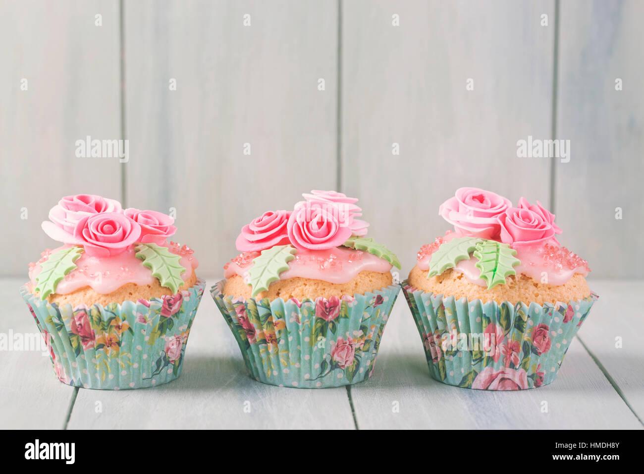 Pastellfarbenen Cupcakes mit Rosen Stockbild