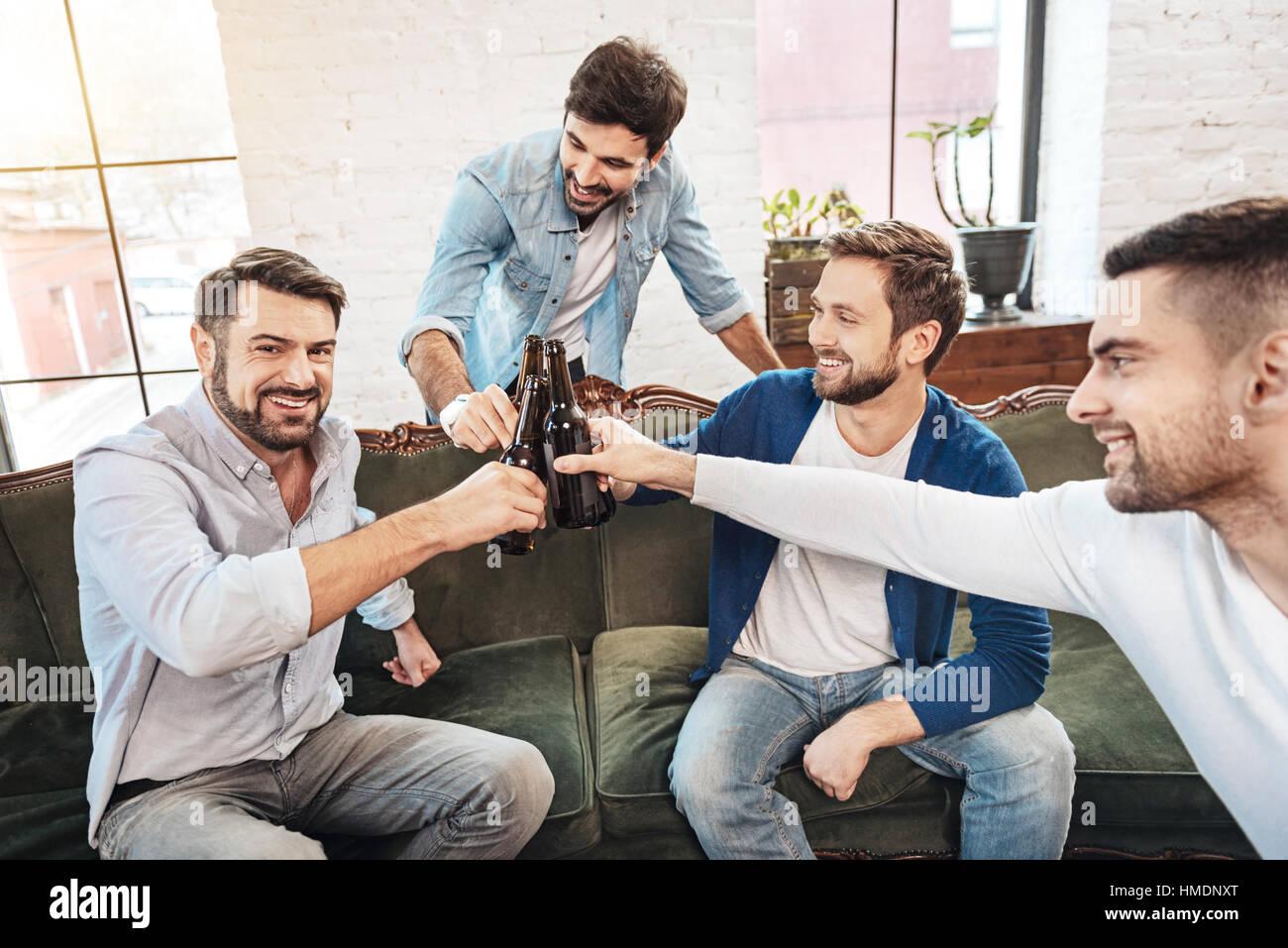 Happy bärtiger Mann mit seinen Freunden jubeln Stockbild
