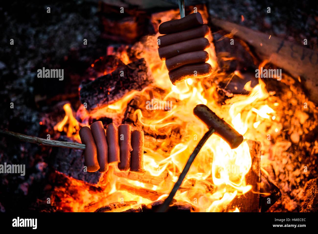 machen und kochen hot dog w rstchen ber ffnen lagerfeuer grillen essen ber flammen. Black Bedroom Furniture Sets. Home Design Ideas
