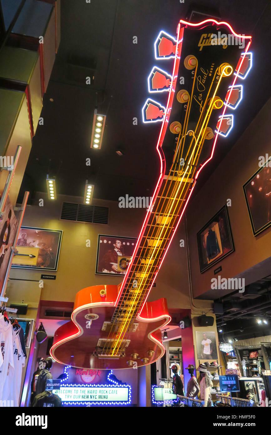 Riesige Decke Gitarre ziert den Eingang zum th Hard Rock Cafe, NYC, USA Stockbild