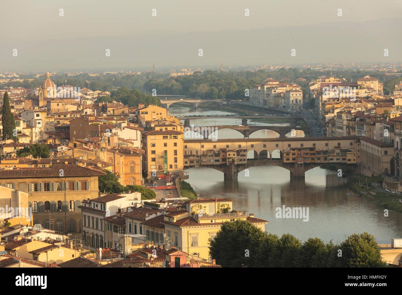 Blick auf die mittelalterliche Stadt Florenz mit dem typischen Ponte Vecchio am Fluss Arno von Piazzale Michelangelo, Stockbild