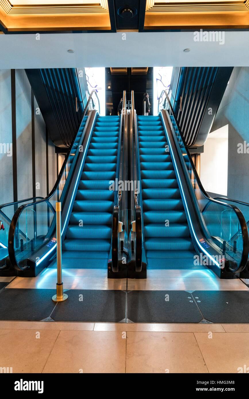 Unverwechselbaren blauen inneren Escaltor bei Kaufhaus Harrods, London, England, UK. Stockbild