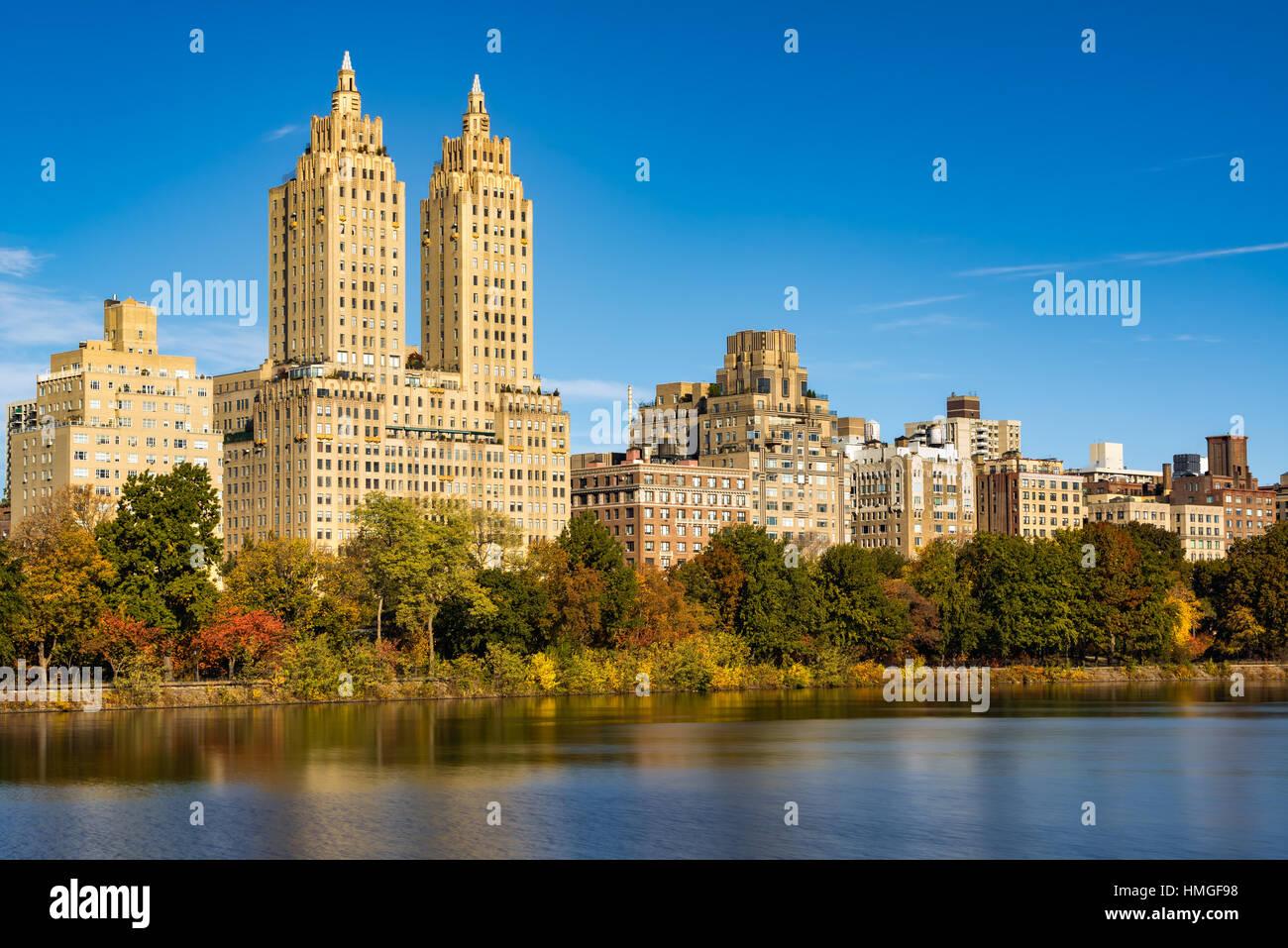 Upper West Side-Gebäude und dem Central Park im Herbst. Manhattan, New York City Stockbild